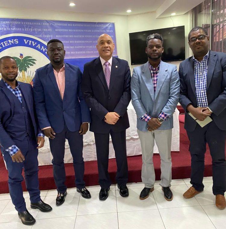 Los miembros de I Clean Haiti con el Ministro Louis Gonzague Edner Day